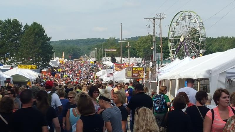 Warrens Cranberry Festival crowd
