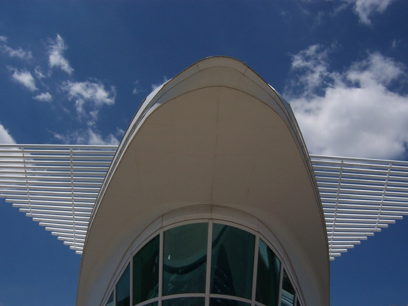Milwaukee Art Museum front from walkway
